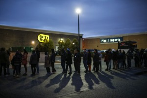 Shoppers line up outside Best Buy before the store opens in Newport, New Jersey November 27, 2014. Best Buy opened on Thanksgiving evening at 5 pm, ahead of many other Black Friday retailers. REUTERS/Eduardo Munoz (UNITED STATES - Tags: BUSINESS) - RTR4FW8O