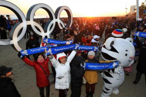 South Korean supporters of the 2018 Pyeongchang Winter Olympics greet the New Year in a publicity event featuring one of the two Olympic mascots in Gangneung, Gangwon Province. Photo by Yonhap