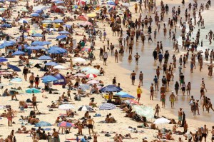 Residents attempt to escape the extreme heat at Sydney's Bondi Beach. Photo by EPA-EFE