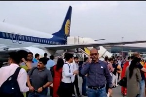 india-airliner-turns-back-due-to-bleeding-passengers