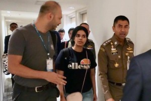 Rahaf Mohammed Al-qunun (C) walks in Suvarnabhumi International Airport in Bangkok, Thailand, Monday. Photo by Thai Immigration Bureau